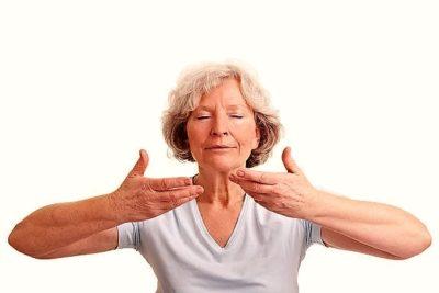делать глубокий вдох через нос и выдох ртом, на несколько секунд задерживать воздух