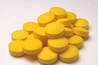 развести две таблетки фурацилина в кипяченой воде комнатной температуры