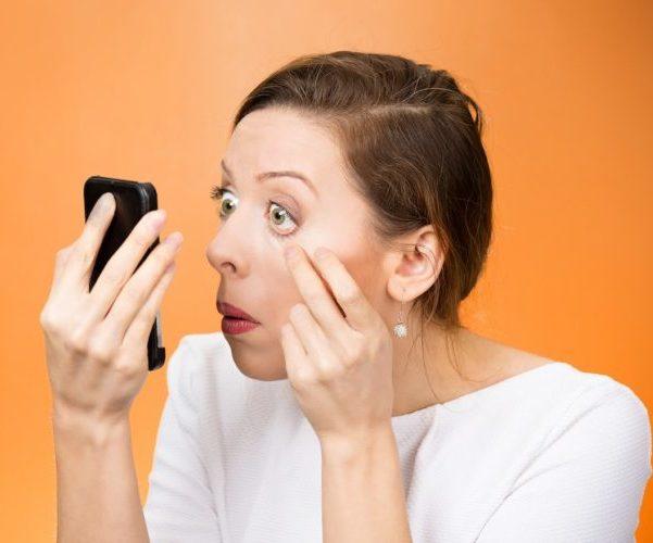 женщина проверяет глаза