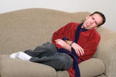 боль иррадиирует вниз живота, усиливается при поднятии тяжестей, отдает болезненными ощущениями в паху