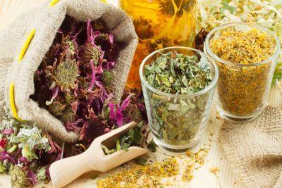 от воспаления легких применяют травы, например, мать-и-мачеху, зверобой, тысячелистник,  алоэ, календулу, анис, ромашку