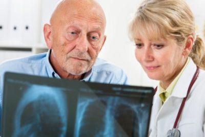 у людей в возрасте вероятно обострение хронических недугов из-за двухсторонней пневмонии