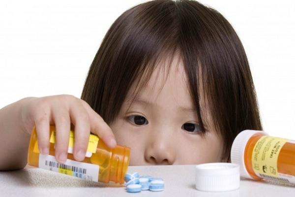 давать антибиотики детям необходимо с особой осторожностью