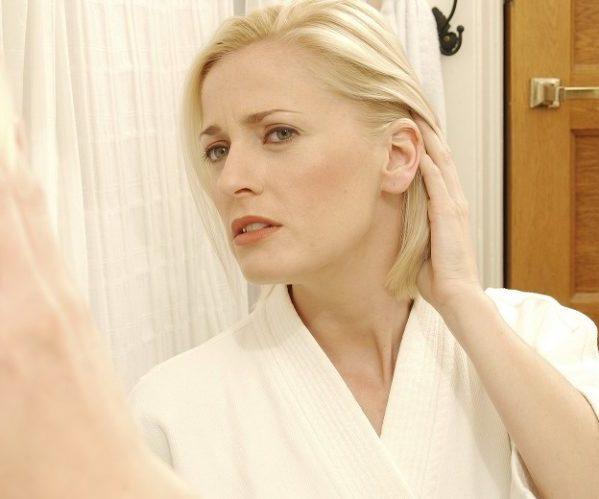 Женщина ухо